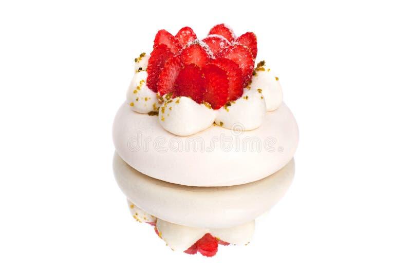 Erdbeere-Pavlova-Kuchen auf dem weißen Spiegelhintergrund nah oben lokalisiert lizenzfreies stockbild