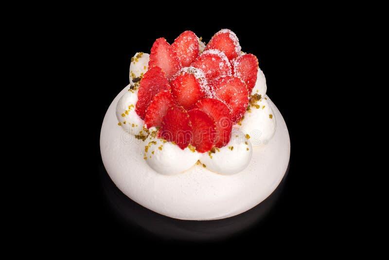 Erdbeere-Pavlova-Kuchen auf schwarzer Hintergrund lokalisiertem Abschluss herauf Draufsicht lizenzfreie stockfotografie