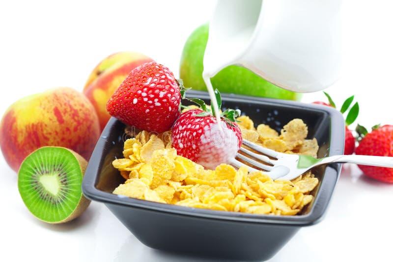 Erdbeere, Pfirsich, Apfel, Kiwi, Gabel, Milch, blättert ab stockfoto