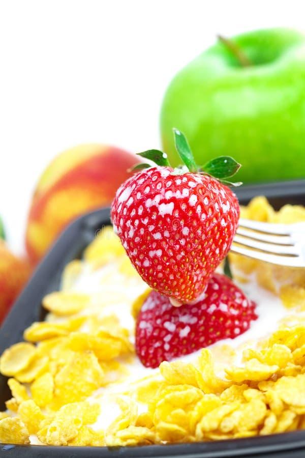 Erdbeere, Pfirsich, Apfel, Kiwi, Gabel, Milch und Flocken lizenzfreies stockbild