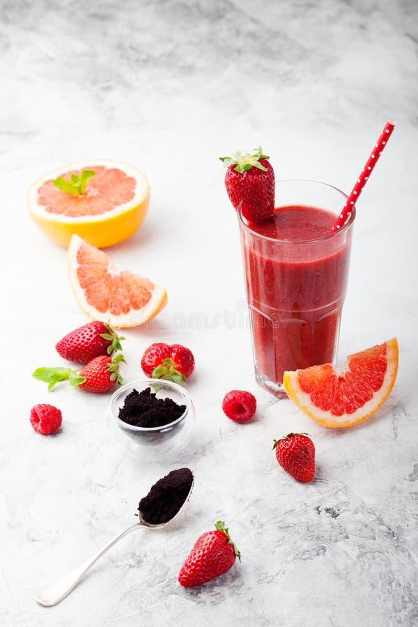 Erdbeere, rosa Pampelmuse Smoothie, acai Pulver lizenzfreie stockfotos