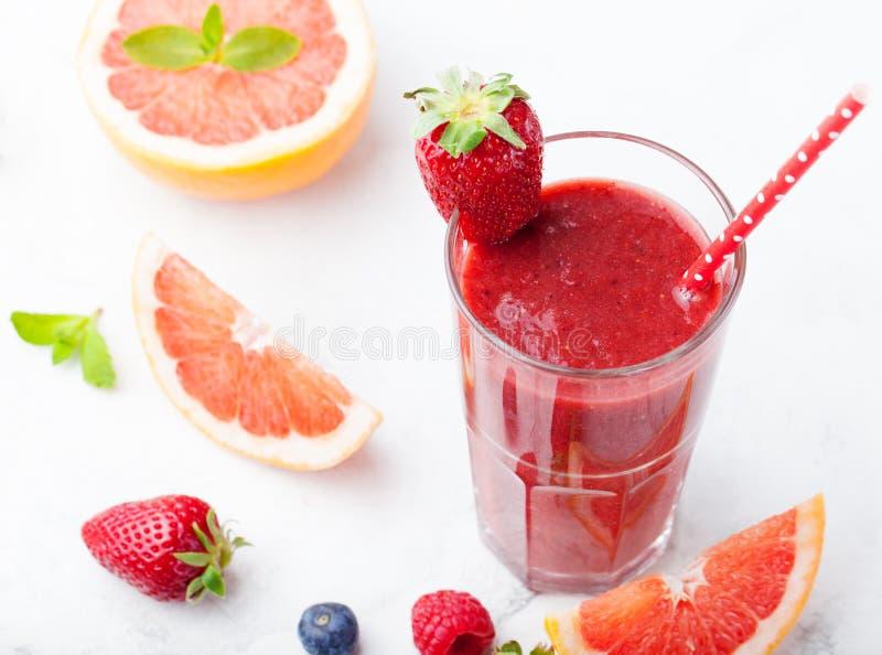 Erdbeere, rosa Pampelmuse Smoothie, acai Pulver lizenzfreies stockbild