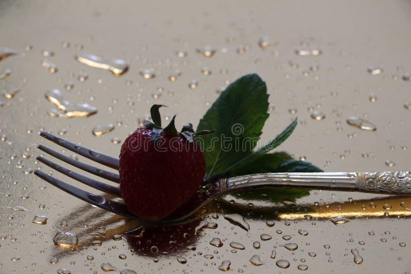 Erdbeere und Gabel stockfotografie