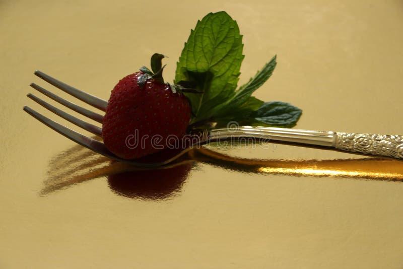 Erdbeere und Gabel lizenzfreie stockfotografie