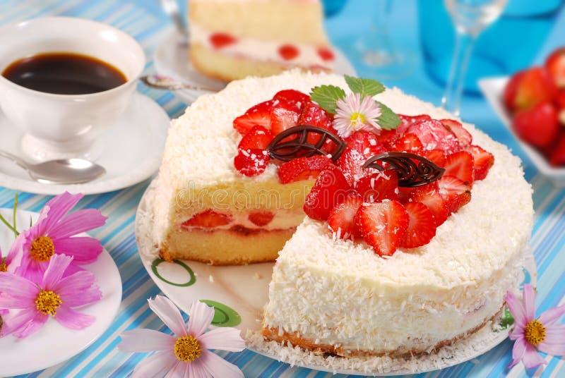 Erdbeere und gepeitschtes Sahnetorte lizenzfreies stockfoto