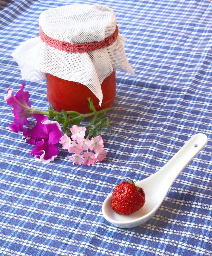Erdbeere und Glas des Erdbeerekochens stockbild