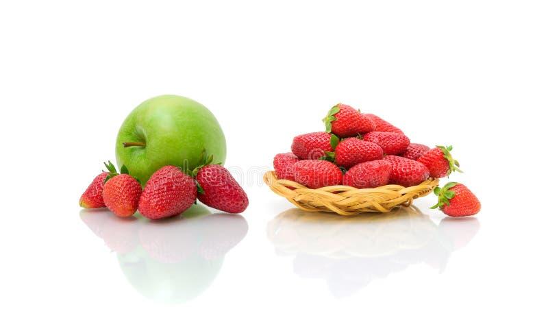 Erdbeere und grüner Apfel auf einem weißen Hintergrund lizenzfreies stockfoto