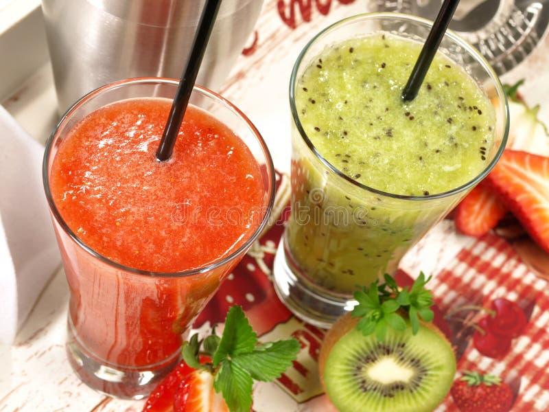 Erdbeere und Kiwi Cocktail Smoothie lizenzfreies stockbild