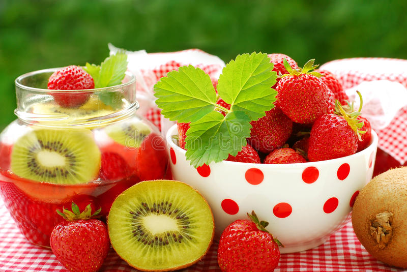 Erdbeere- und Kiwikonserven stockbild