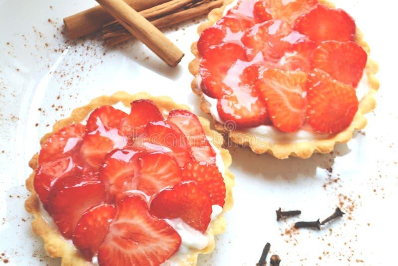 Erdbeere- und Sahnekuchen stockfoto