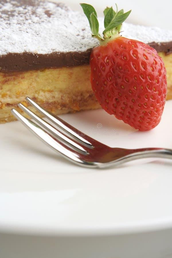 Erdbeere- und Schokoladennachtisch mit Gabel; hohes Makro lizenzfreies stockbild