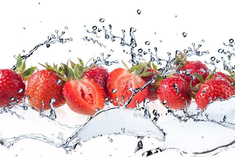 Erdbeere und Spritzwasser stockbilder