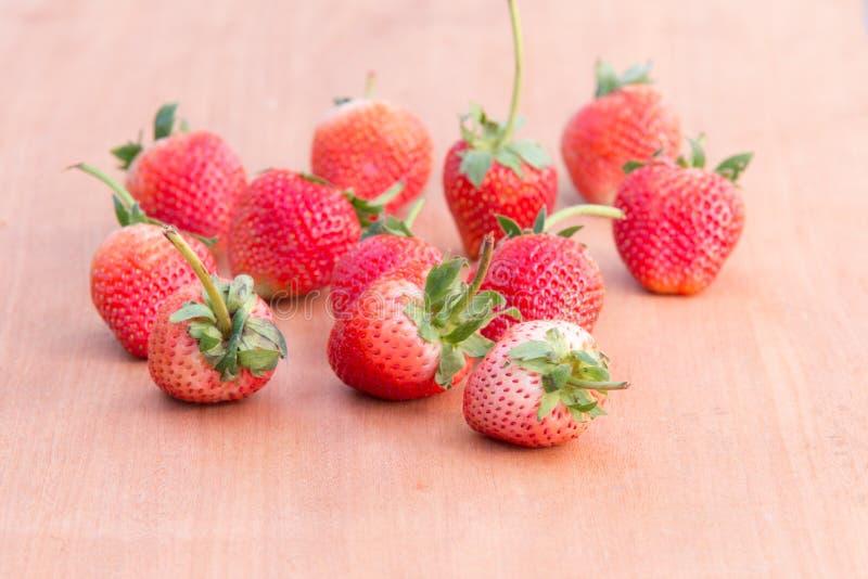 Erdbeere woodden an Tabelle lizenzfreie stockfotos