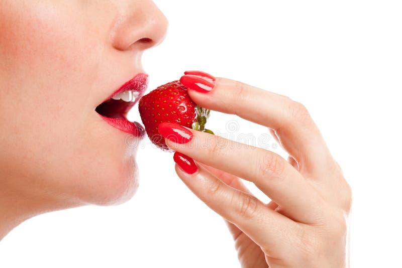 Erdbeerebissen lizenzfreie stockbilder