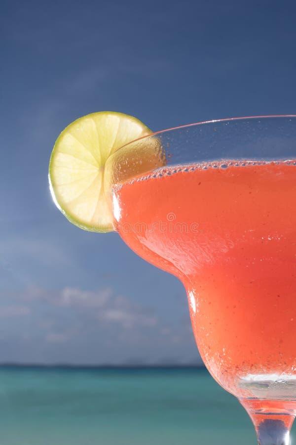 Erdbeeredaiquiricocktail auf dem Tisch am Strandrestaurant stockfotos