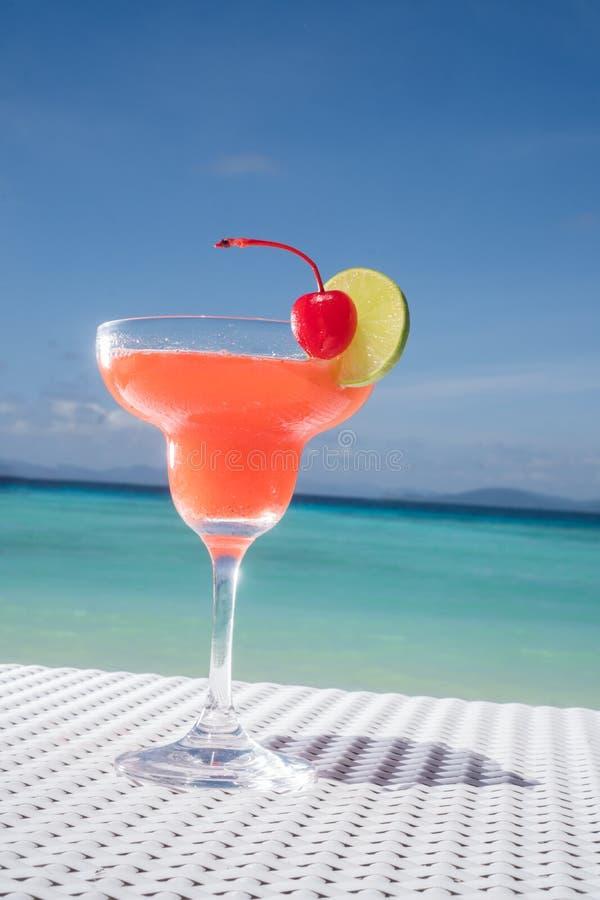 Erdbeeredaiquiricocktail auf dem Tisch am Strandrestaurant lizenzfreie stockfotografie