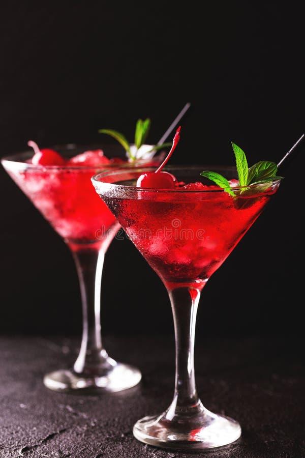 Erdbeeredaiquiricocktail mit Kalk, Erdbeere, Kirsche und m lizenzfreie stockfotografie