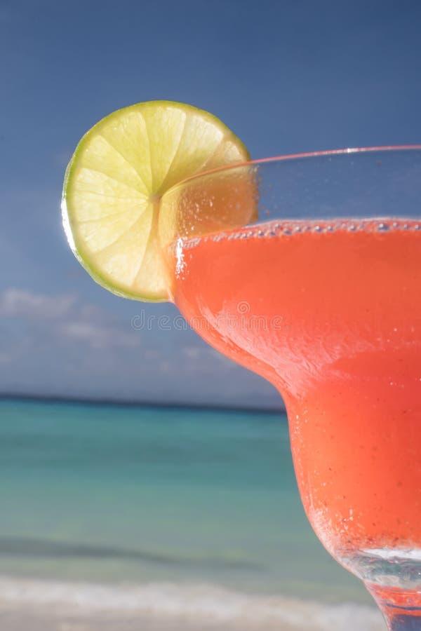 Erdbeeredaiquiricocktail am Strandrestaurant lizenzfreies stockbild