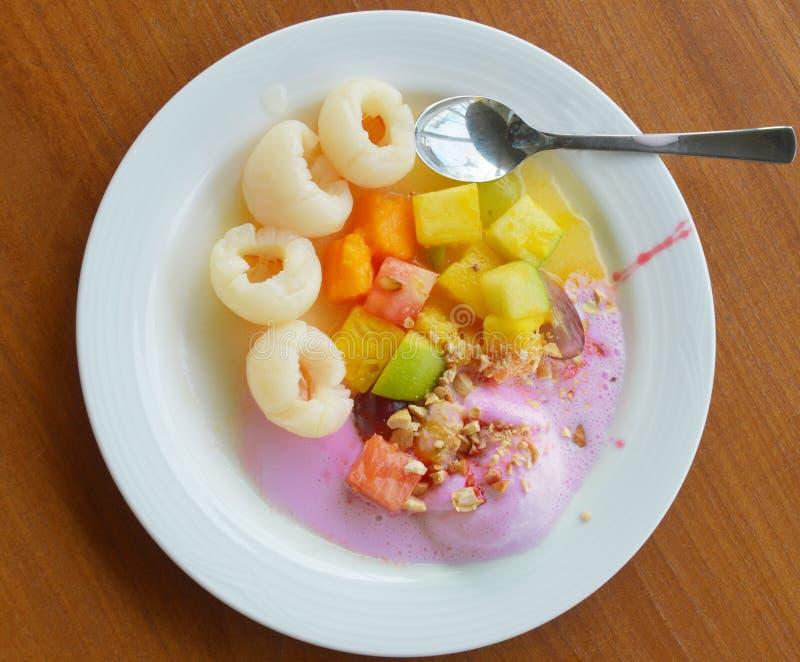 Erdbeereis mit Litschis und Früchten lizenzfreie stockbilder