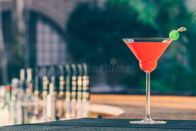 Erdbeeremargarita auf dem Stangenstand Luxusferienkonzept lizenzfreie stockfotografie