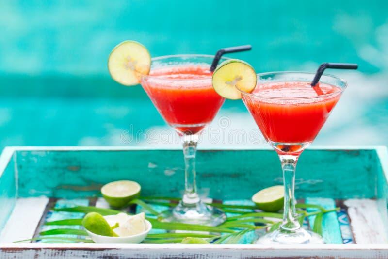 Erdbeeremargaritacocktail auf buntem hölzernem Hintergrund mit Palmblatt Kopieren Sie Platz stockfoto