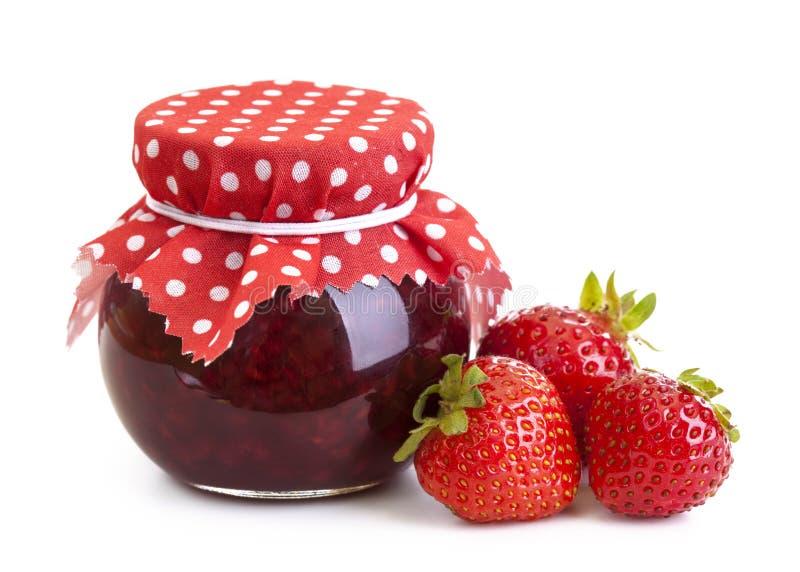 Erdbeeremarmelade und frische Beeren lizenzfreie stockfotografie