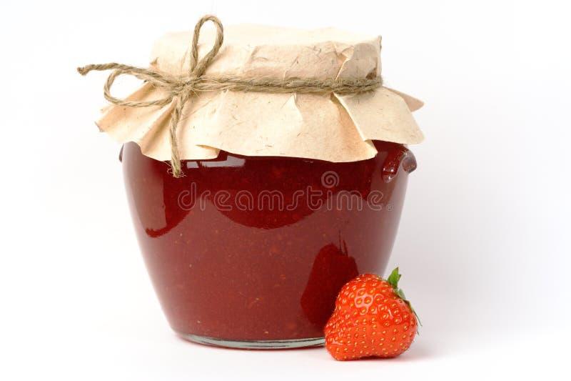 Erdbeeremarmeladenglas lizenzfreies stockbild