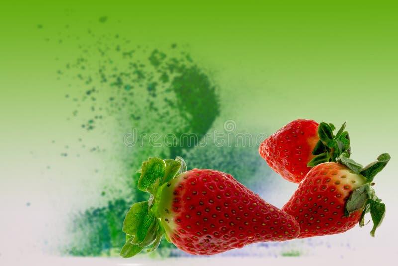 Erdbeeren auf grünem Hintergrund stockfotografie
