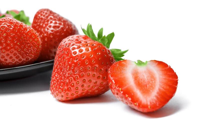 Erdbeeren auf Platte auf weißem Hintergrund stockfotos