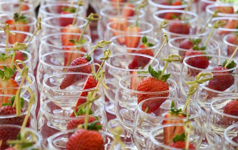 Erdbeeren in den Weingläsern stockfoto