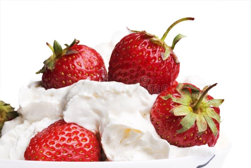 Erdbeeren in der Sahne stockfotografie