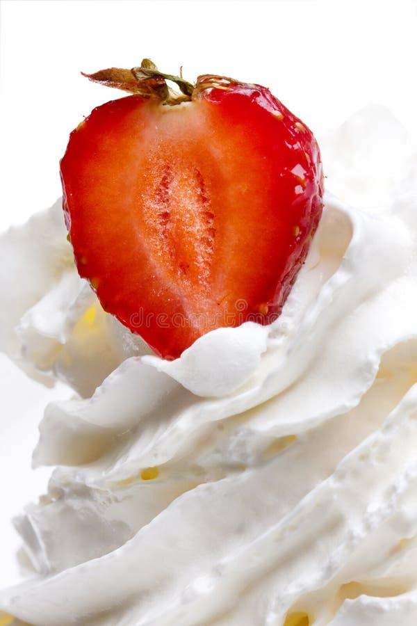 Erdbeeren in der Sahne lizenzfreie stockbilder