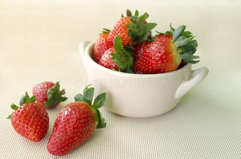 Erdbeeren in der Schüssel lizenzfreie stockfotos