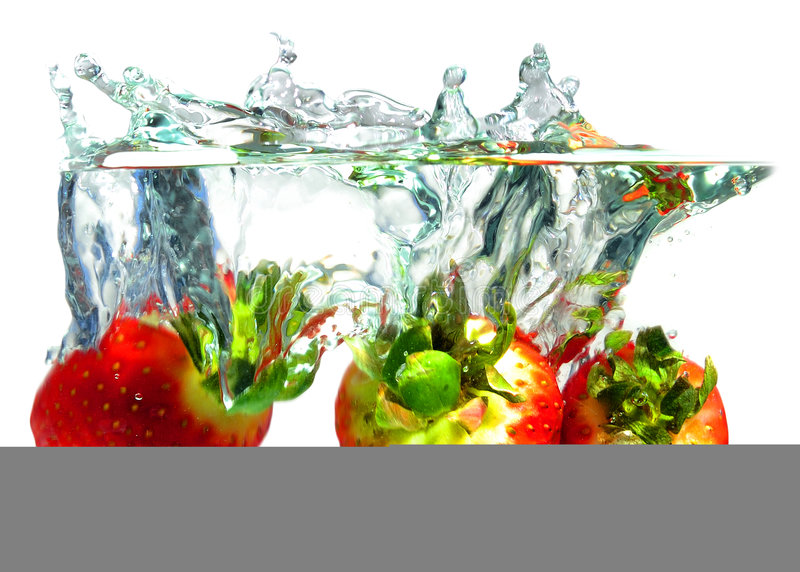 Erdbeeren, die in Wasser fallen stockfotografie