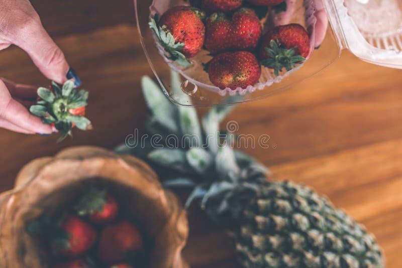 Erdbeeren in einer hölzernen Teakholzschüssel Indonesische Teakholzschüssel lizenzfreies stockfoto