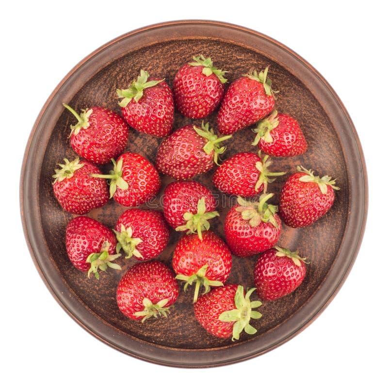 Erdbeeren in einer keramischen Platte lokalisiert auf weißem Hintergrund lizenzfreie stockfotos
