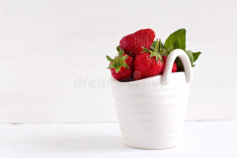 Erdbeeren im keramischen Korb stockfoto