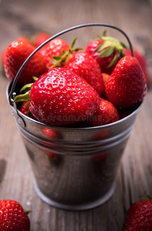 Erdbeeren im kleinen Blecheimer stockbilder