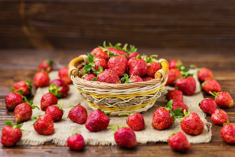 erdbeeren im korb erdbeerkorb erdbeeren auf woode stockbild bild von gesundheit gesund. Black Bedroom Furniture Sets. Home Design Ideas