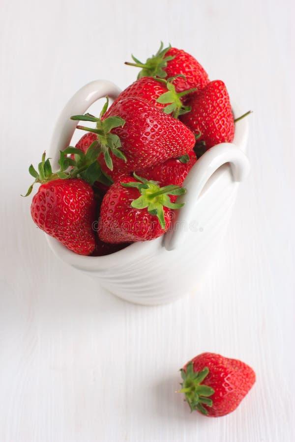 Erdbeeren im weißen keramischen Korb stockfotografie
