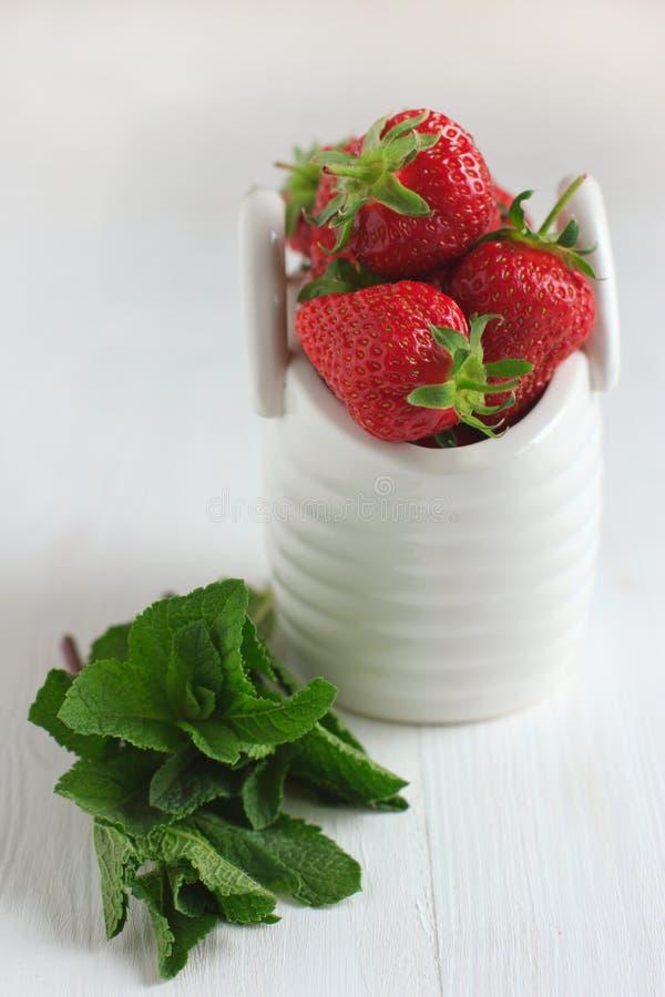 Erdbeeren im weißen keramischen Korb stockfoto