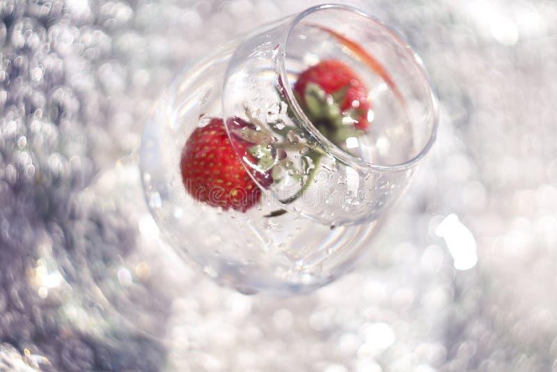 Erdbeeren im Zyklus von Reflexionen stockfotos