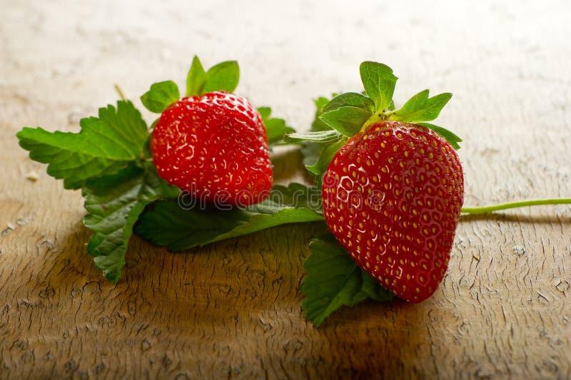 Erdbeeren mit Blatt lizenzfreie stockbilder