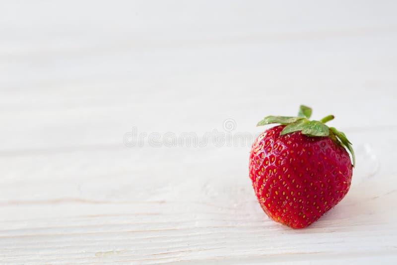 Erdbeeren reif auf einem weißen hölzernen Hintergrund lizenzfreies stockfoto