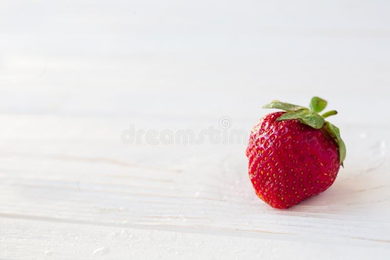Erdbeeren reif auf einem weißen hölzernen Hintergrund stockbilder