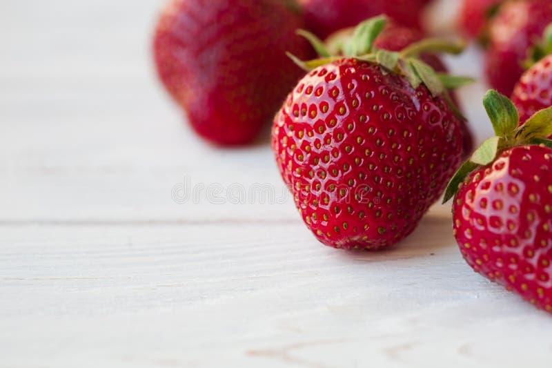 Erdbeeren reif auf einem weißen hölzernen Hintergrund stockfoto