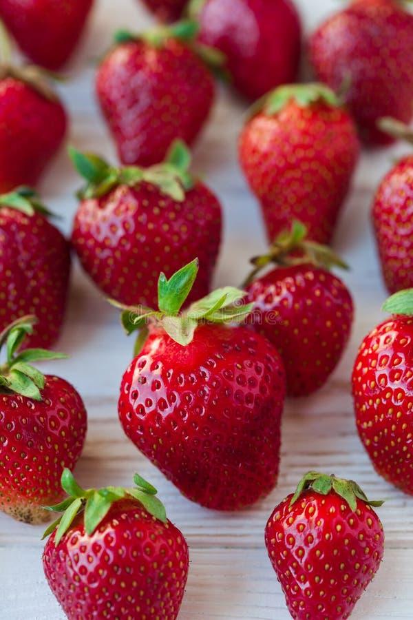 Erdbeeren reif auf einem weißen hölzernen Hintergrund stockbild
