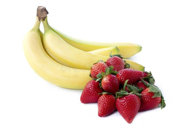 Erdbeeren und Bananen lizenzfreie stockbilder