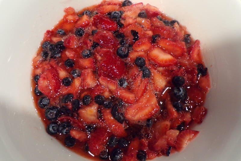 Erdbeeren und blaue Beeren zusammen gemischt für einen köstlichen Nachtisch lizenzfreie stockbilder