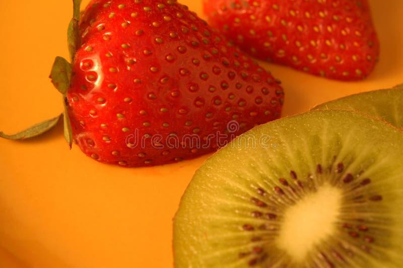 Erdbeeren und Kiwi stockfotos